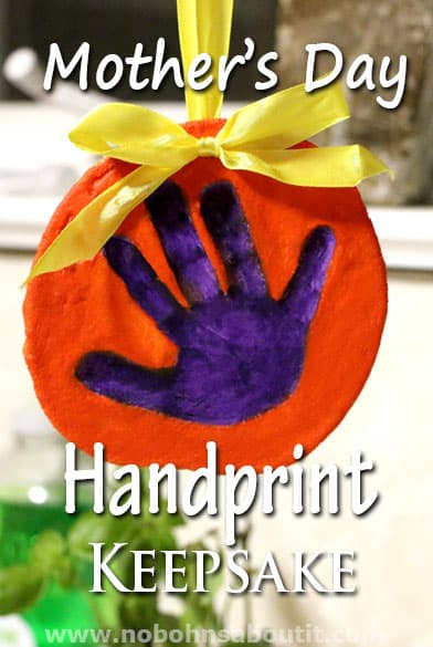Need an adorable mothers day craft for your kids? Try this sweet handprint keepsake for your momma this mothers day!
