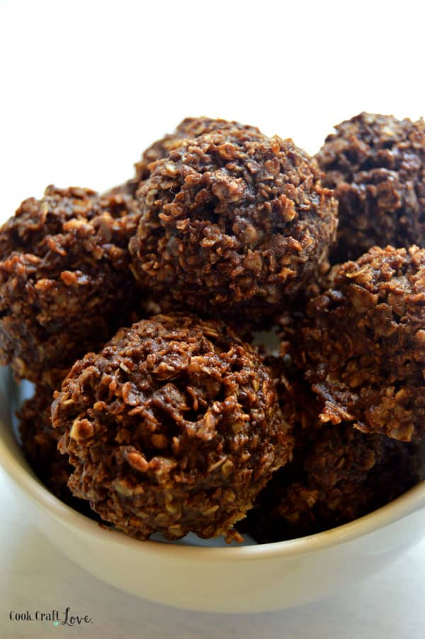 Creamy peanut butter and rich chocolate combine to make these delicious and healthy no bake cookies a hit in any house! Try this no bake cookie recipe in lunches or even as a snack or quick breakfast!